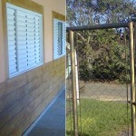 Imitação de madeira e portão envelhecido